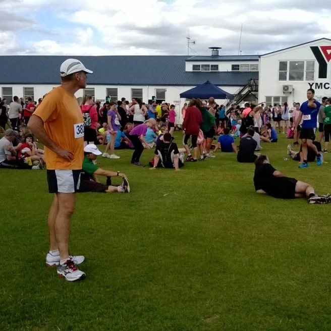 A relaxed crowd shortly before the start in front of the YMCA.