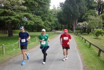 Trying to encourage each other, we caught up with another slower runner in the last few kilometres.